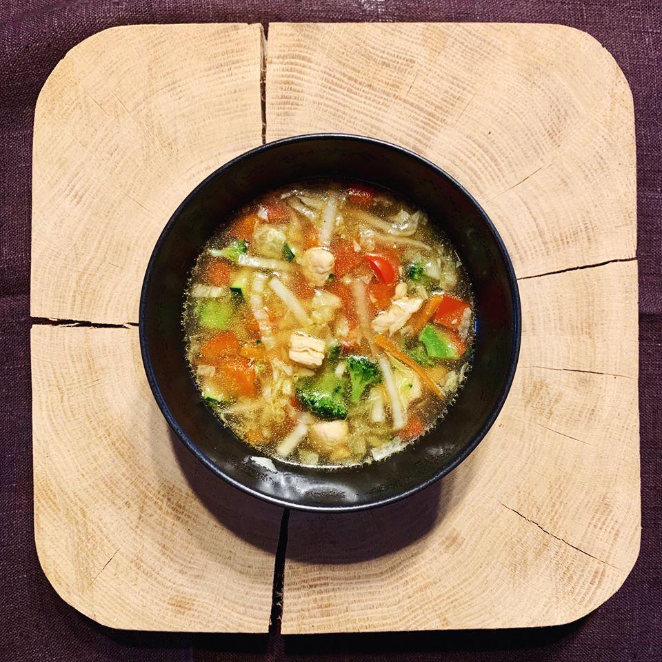 Kiniška daržovių sriuba su vištiena
